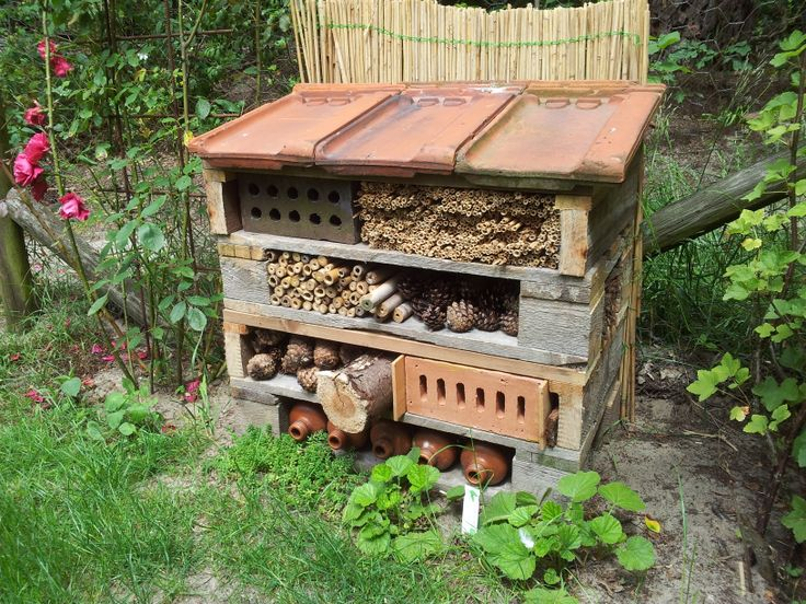 Een zelf gemaakt Insecten hotel van pallets, gekregen met moederdag
