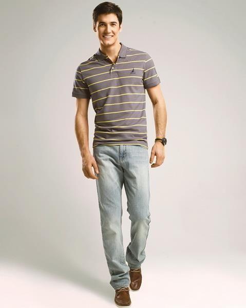 Коричневые мокасины и джинсы