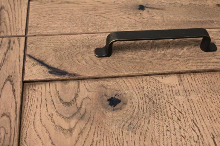El acabado Leño tiene muchos nudos e imperfecciones, es lo que lo hace atractivo, las mayores las tapamos con emplaste negro.