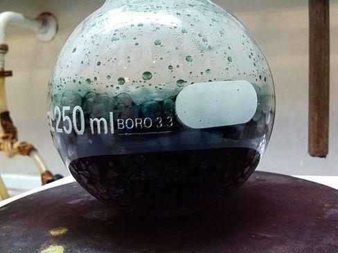 El término ácido crómico designa generalmente a una mezcla de ácido sulfúrico concentrado y dicromato de potasio o dicromato de amonio, que puede contener diversos compuestos, incluyendo trióxido de cromo sólido, CrO3. Este tipo de ácido crómico se puede utilizar como una mezcla para limpieza del vidrio.