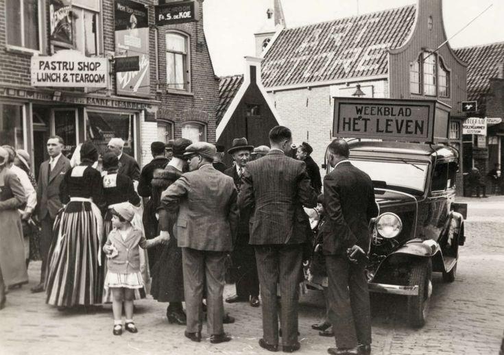 Tijdschrift Het Leven : Auto, onderdeel van de 11 provincieëntocht van Het Leven, met belangstellenden eromheen voor hotel Spaander in Volendam. 1932 #NoordHolland #Volendam