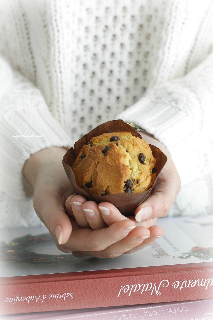 Dopo l'enorme successo dei mieiColomba muffin pasqualiarrivano i Panettoncini muffin con un impasto molto simile ma che qui ho reso molto più evocativo del sapore del panettone, grazie all'uvetta, che potrete tranquillamente sostituire con le gocce di cioccolato, e l'aroma dell'arancia e della vaniglia. Usate i pirottini di carta come i miei o quelli di cartone rigido (per averli belli alti) che poi delicatamente toglierete per decorare iPanettoncini con carta forno e un f...