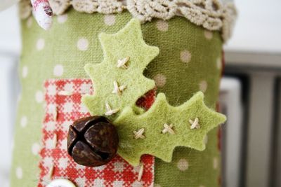 love the little stitches on the felt holly leaves! and of course that bell is divine!