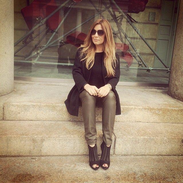 Selvaggia Lucarelli sui gradini a Milano