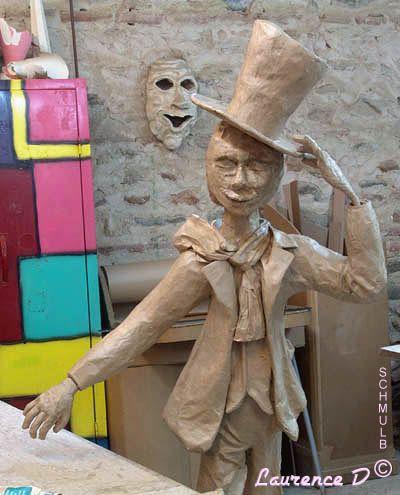 statue d 39 un homme ou personnage en papier m ch. Black Bedroom Furniture Sets. Home Design Ideas