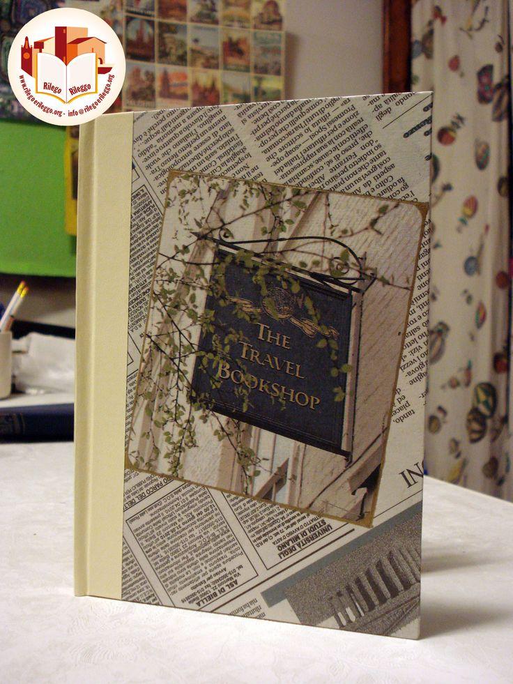 Quaderno cucito a mano con copertina in carta di giornale e dorso in similpelle bianca. Creato da noi: www.rilegoerileggo.org