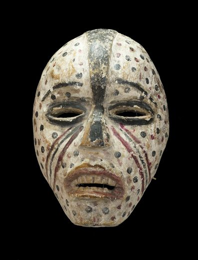 From Woyo family living in Angola and the Democratic Republic of Congo, I will introduce a mask that has been subjected to paint a magical.