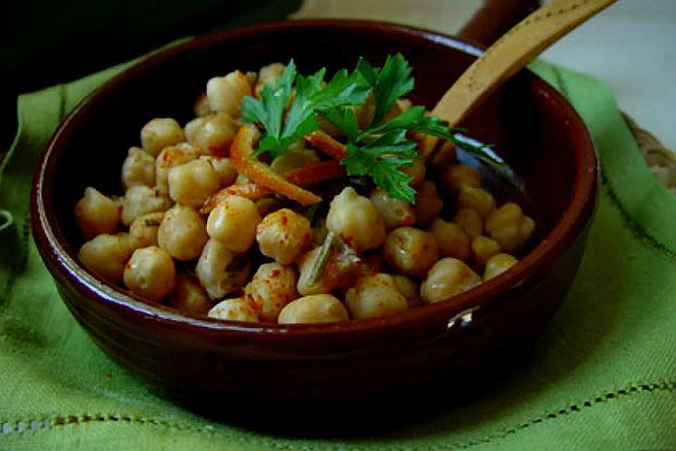 Βασισμένη σε συνταγή της Καλομοίρας Βρονταμίτη, ιδιοκτήτριας της ταβέρνας Η Στροφή του Μίμη, στο Βουρκάρι, στην Τζια.