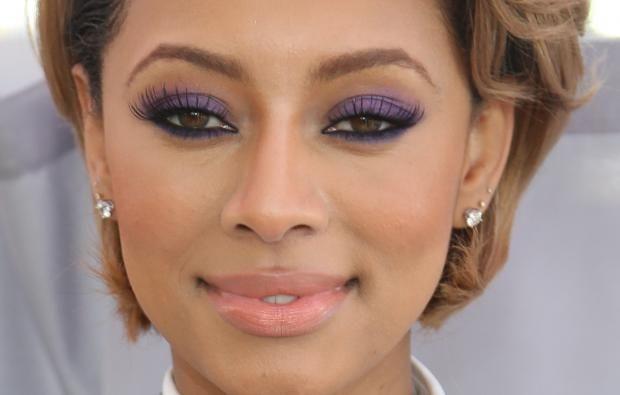 PERFEKT VALG: Keri Hilson vet å framheve sine brune øyne med lilla øyeskygge. Du trenger ikke å ha lille på hele lokket for å få en effekt, men prøv å bruke lillatoner i en sotet look eller bare en lilla kajal i våtkanten.