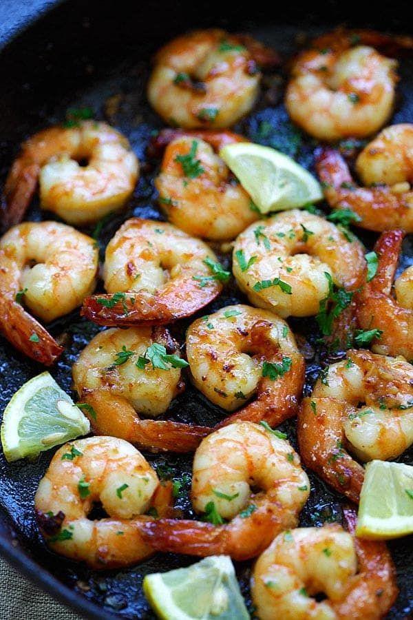 Honey garlic shrimp. 1 1/2 ek méz, 1 tk citromlé, 1/4 tk só, 1 1/2 ek olaj, 4 fokhagyma, rák, 1 ek vaj, 1 tk petrezselyem