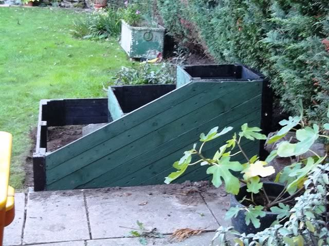 Stepped 3 tier planter reclaimed pallet timber project for Flower beds out of pallets