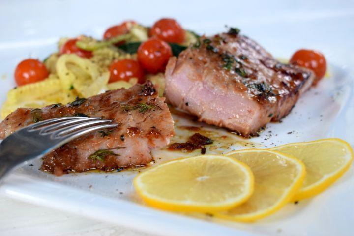 marinovaný tuniak, v sójovo-medovej omáčke spolu s cuketou a rajčinami môže byť ten správny obed pre teba.