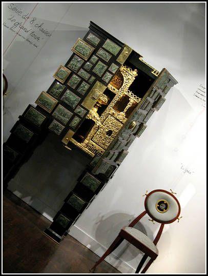 """Hubert Le GALL exceptionnel cabinet bar """" Versailles """" en bronze et 50 cabochons en bois de buis sculpté supportant chacun un tampon illustrant une scène historique et récupéré par l'artiste .intérieiur bronze doré et émaillé et billes de verre . 2 exemplaires dont un où l' artiste a fondu des boites de biscuits apéritifs et des cacahuètes !!! Paris 1997"""