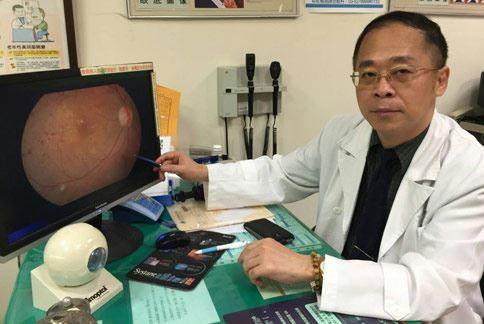低頭滑手機!小心用眼過度引發頭痛-陳瑩山醫師(如圖)表示,用眼過度除了會造成雙眼痠、腫、麻、痛,連頭部也會跟著脹痛。(攝影/記者張世傑)