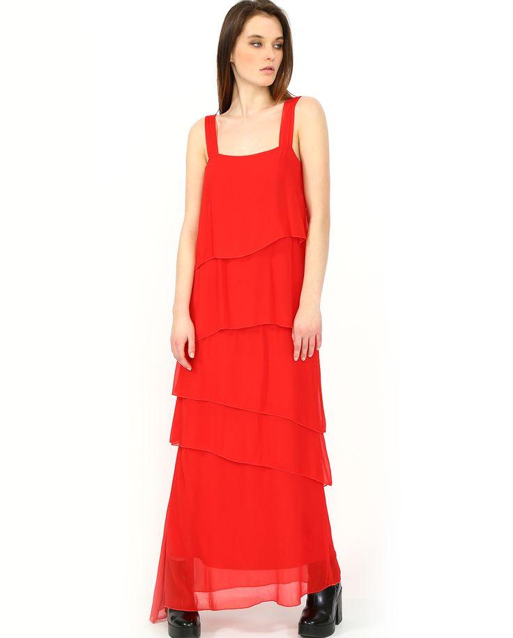 Длинное #платье #Kaos насыщенного красного цвета. Этот цвет часто выбирают голливудские звезды, потому что он всегда привлекает внимание. Об этом важно не забывать – выбирайте к платью обувь и аксессуары нейтральных цветов: бежевого, черного, золотого, серебристого.