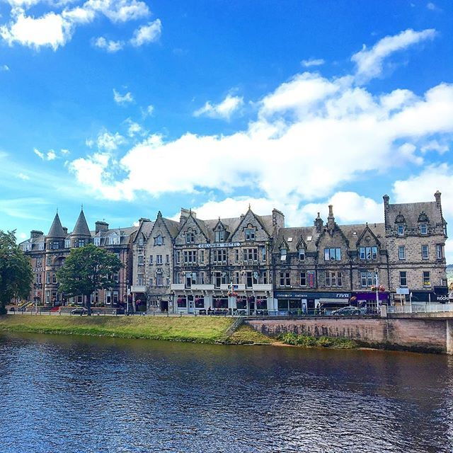 Lovely buildings along the Ness river crossing through #inverness in #scotland Take a stroll in the city center and be amazed by more beautiful #architecture #stsinverness #scotspirit @visitinvernesslochness #lovegreatbritainno