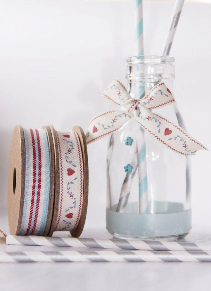 Decorar los botes o botellas de cristal con botones y for Ideas para decorar botellas