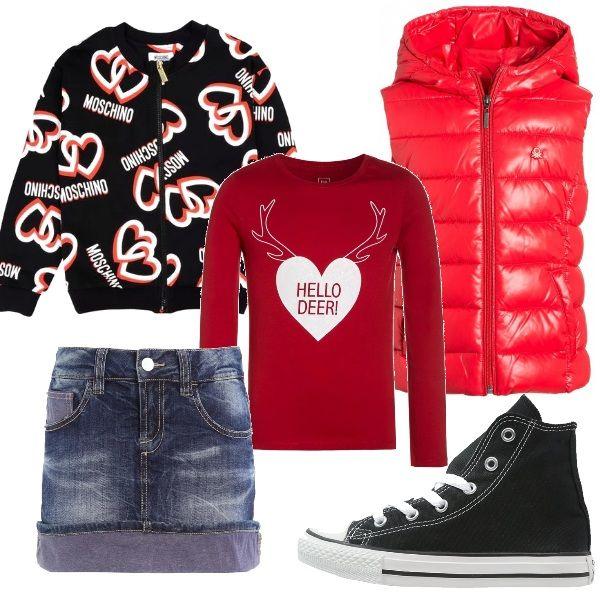 Un outfit per una bambina sportiva ma alla moda, composto da gonna in jeans, maglia a manica lunga e felpa stampata con zip. Completano il look il piumino smanicato e le Converse alte.