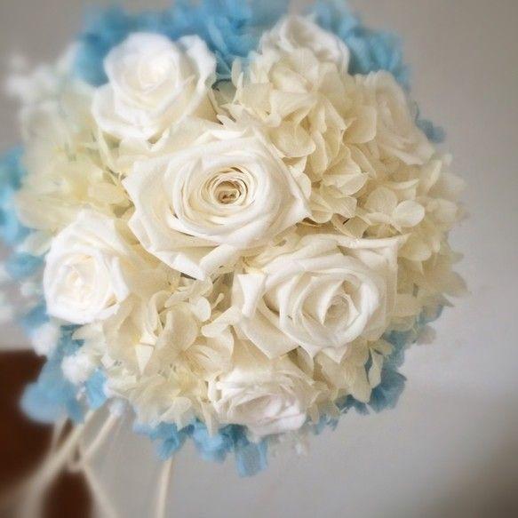 【作品の特徴】白いバラとサムシングブルーのアジサイがポイントのウエディングブーケです回りに、カスミ草を少しあしらって、フワフワ優しいイメージ!カラードレスにも...|ハンドメイド、手作り、手仕事品の通販・販売・購入ならCreema。