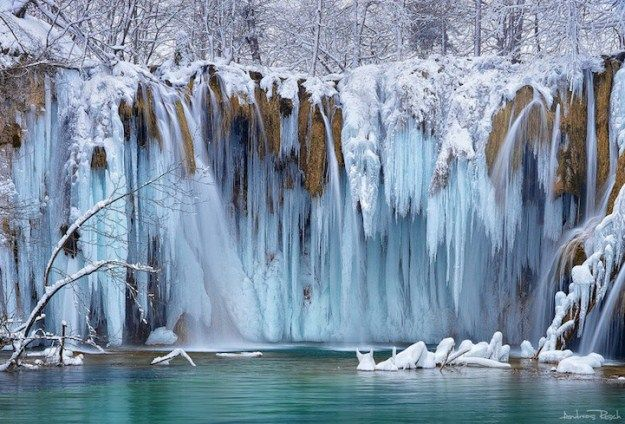 Bizarre forms of frozen waterfalls