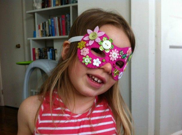 Maschera di carta con decorazioni
