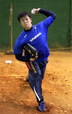 ブルペンで投球する中日・大野=25日、屋内練習場(撮影・森本幸一)