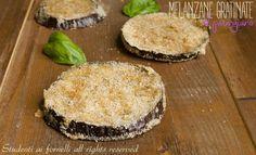 Le melanzane gratinate al parmigiano sono un modo sfizioso di servire le melanzane, leggere cotte al forno e non fritte. Ricetta melanzane gratinate gustose