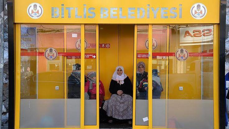 Bitlis belediyesi tarafından, soğuk havalarda vatandaşların daha fazla etkilenmemesi için klimalı kapalı duraklar yapıyor.