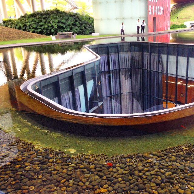 Южный  Китай,  г.  Шэньчжень.  район Дамейша. Это городской пляж. Пруд  с  рыбками,  а  посредине  пруда  -  отверстие.  Там  в  подземных  этажах   -  оффисы.