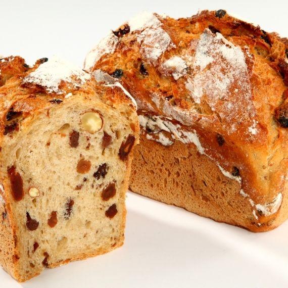 Chleb mini żydowski Powstanie wówczas gdy do ciasta z chleba pszenno - żytniego na naturalnym zakwasie, dodamy ciemne rodzynki i migdały, a do smaku doprawimy melasą z trzciny cukrowej. To wspaniały słodko - kwaśny chleb, który przed jedzeniem wystarczy posmarować masłem.