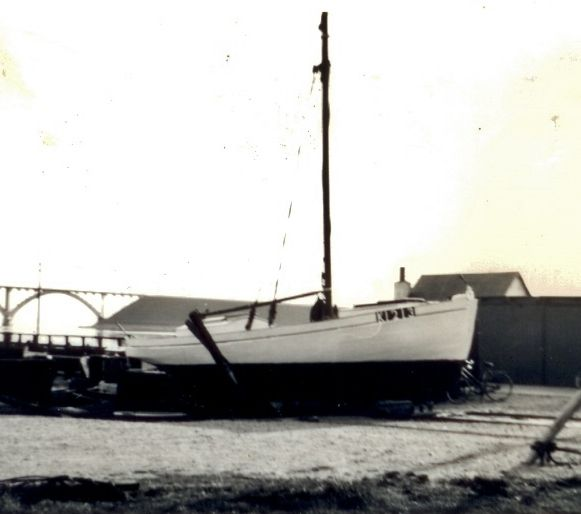 K1213 DE TRE BRØDRE ved Kalvehave Færgegård i august 1962. Fra Line Thorngaards arkiv. Tags: åledrivkvaser, drivkvaser, åledrivkvase, drivkvase, ålevod, drivvod.