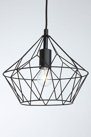 """Loftlampe formet som en diamant, designet i kraftige, lakerede metalstænger. Stofledning 90 cm. Højde 26 cm. Ø 30 cm. Stor sokkel E27. Maks. 60W. Loftstik.<br><br>OBS! Nogle loftlamper/pendler leveres med svensk """"loftstik""""som ikke kan benyttes i Danmark. Stikket klippes af og ledningen tilsluttes direkte i roset (lampeudtag) eller monteres med lampestikprop. Alle vores lamper er CE-godkendte. <br><br>"""