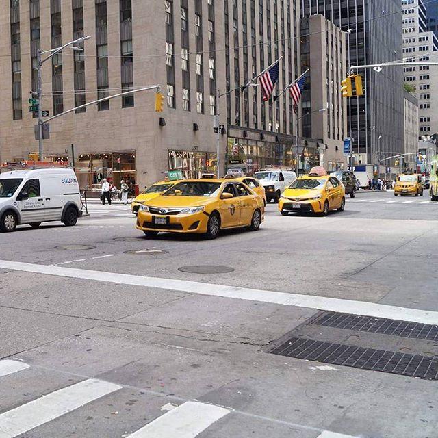 Taksówki. Taksówki wszędzie! Piękne żółtka   #newyork #newyorkcity #tv_architectural #wakacje #holidays #nyclife #urban #architecture #architektura #skyscraper #vsconyc #citylife #traveldiaries #newyork_instagram #ig_nycity #everyday_shooter #usaprimeshot #exclusive #taxi #yellow #cars #street