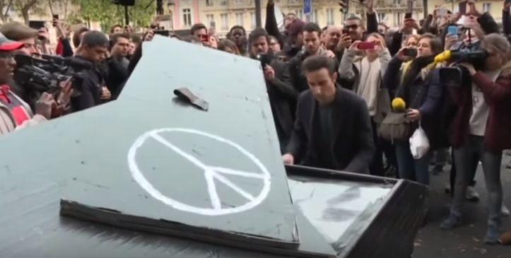 """Em homenagem às vítimas de atentado na França, um pianista tocou """"Imagine"""", o hino pacifista do beatle John Lennon, diante da casa de show Bataclan, onde cerca de cem pessoas foram mortas por terroristas do Estado Islâmico."""