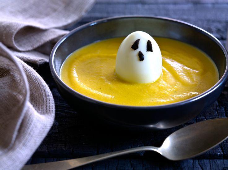 Saisiko olla jotain lämmintä? Tässä samettisen herkullisessa kurpitsakeitossa kummittelee! #ruokaisa #resepti #halloween
