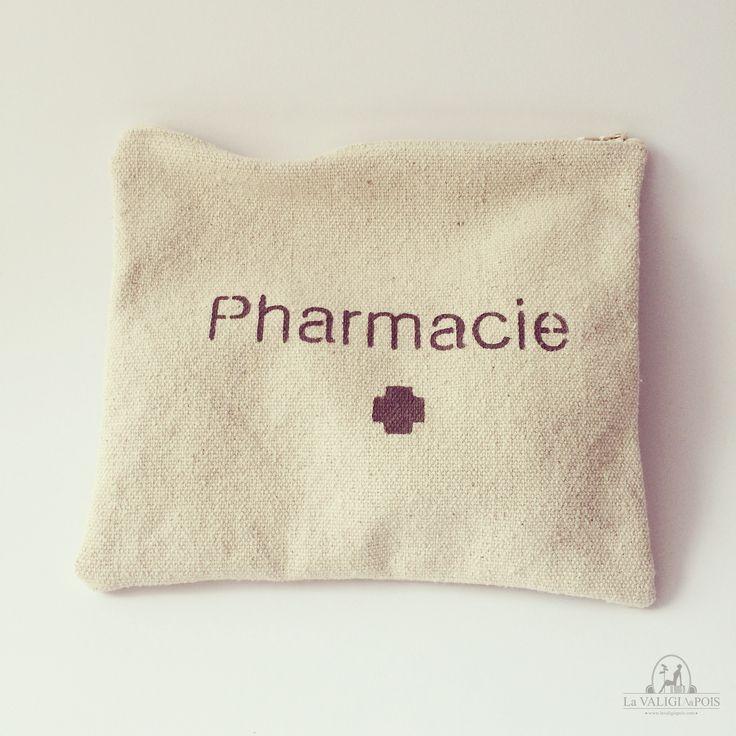 """Bustina Lulu Pharmacie in cotone naturale 100% color ecrù e scritta stampata a mano """"Pharmacie"""" in colore marrone scuro.  Ideale per portare sempre in borsa le medicine di prima emergenza o perfetta da mettere in valigia per un viaggio più lungo.  Può anche essere utilizzata per trasportare piccoli oggetti o come pochette. Lavorazione artigianale provenzale."""