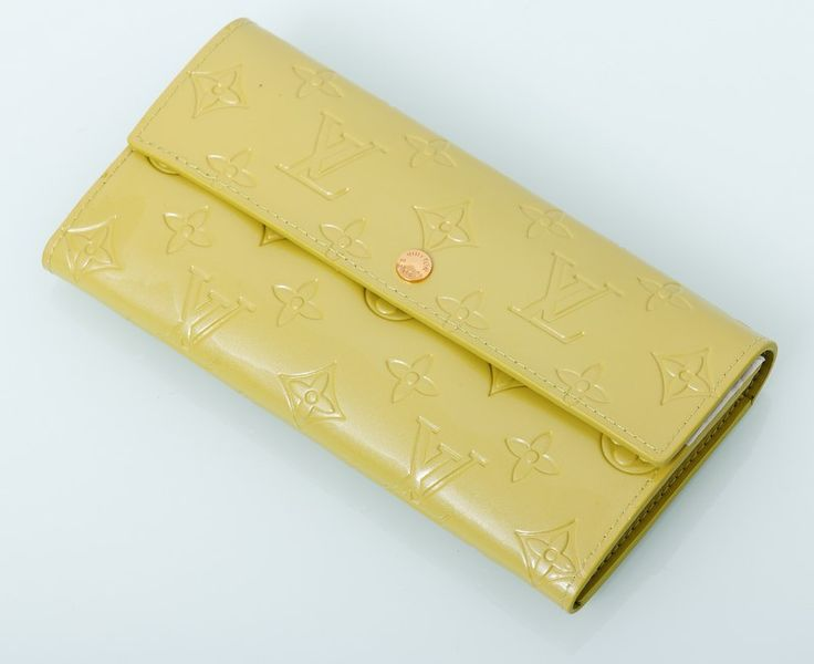 Кошелек Louis Vuitton из натуральной кожи с лаковым покрытием салатовый. Размер 19х10х2см #18995 !! Распродажа модели !! Модель со скидкой !!