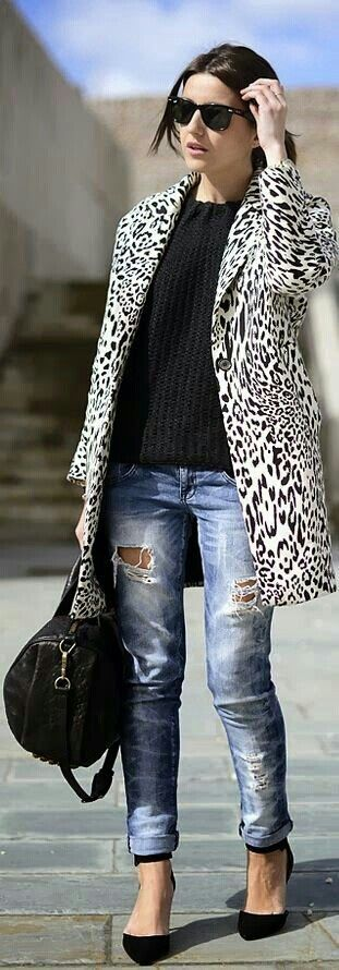 Adoro esta chaqueta y los jeans rotos.....perfecto