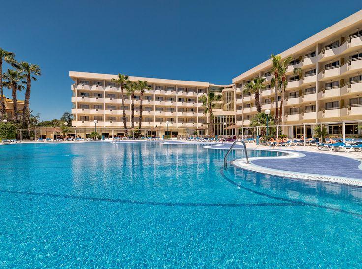 Vista general del hotel y la piscina/ Hotel and swimming pool general view #h10cambrilsplaya #cambrilsplaya #h10hotels #h10 #cambrils