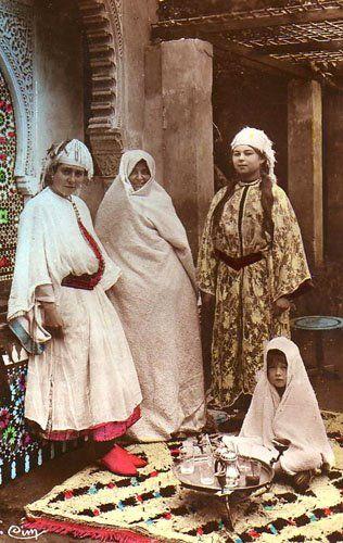 Jewish women, 1920s Morocco. https://twitter.com/NeilVenketramen