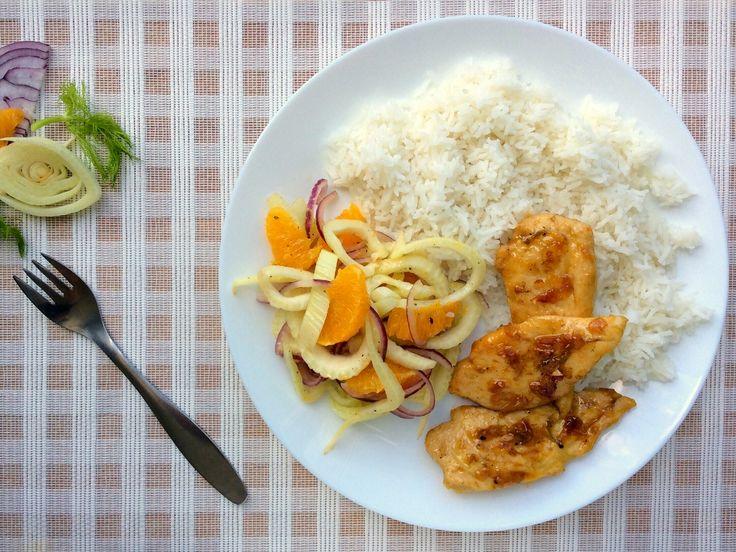 Kuřecí prsa v pomerančovo-medové omáćce, salát z fenyklu, pomeranče a červené cibule, rýže