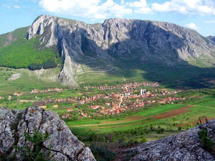 Az óriás-hegy és a falu - A Székelykő (1129 méter) és Torockó - Torockói-hegység - Erdély   fotó Györfi Árpád