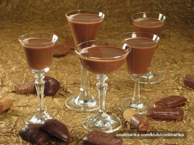 Iako su još u 4. stoljeću Asteci pripremali čokoladni napitak, do danas postoji bezbroj njegovih hladnih i toplih inačica. Ni ovaj home made liker svojom slatkoćom u kombinaciji s rumom ne zaostaje za drugima. Pravo damsko piće, ali ne isključivo.