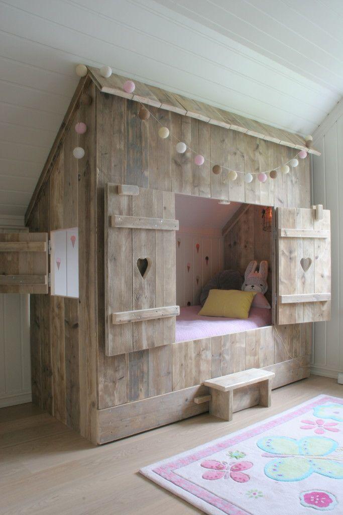 Inbouwbedstee van gebruikt steigerhout geleverd door muramura.nl