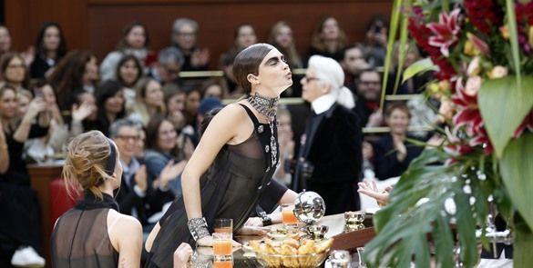 #Chanel crea bistró francés para show, Lagerfeld en la barra