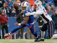 Tyrod Taylor injures knee during Bills' loss to Patriots - NFL.com