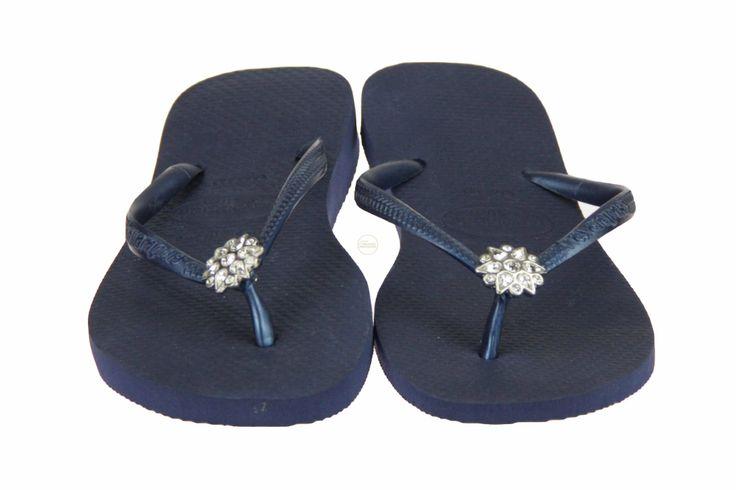 Blauwe Havaianas slippers Crystal Poem, met een rozet van steentjes bij de tenen. #Havaianas #Zomer2014 #SchoenenCaramel
