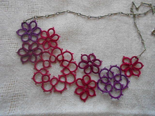 Modèle débutante basé sur l'agencement de motifs simples en frivolité navette ou aiguille. Collier ou bracelet, une infinité de possibilité de bijoux en frivolité