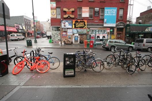 Bikes in Bedford Ave, Su alma viaja libre mientras sus pies pedalean, nada la ata al suelo, todo vuela...  #ConcursoBellmurJeans #Camila