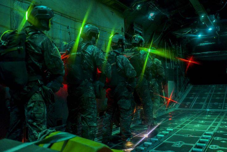 gunrunnerhell: Greenlight sere spécialistes attendent avant d'effectuer la ligne statique saute comme la porte d'un C-130 Hercules, affecté à Dobbins Air Reserve Base, Ga, ouvre sur le Nevada Test et Range Training, Nev, Mars.. 11, 2016. spécialistes SERE mènent le programme de parachutage d'urgence de la force aérienne et de procéder à de nombreux essais de systèmes de parachutisme.  Ils sont adaptés uniquement pour analyser l'environnement d'exploitation de planifier pour des…